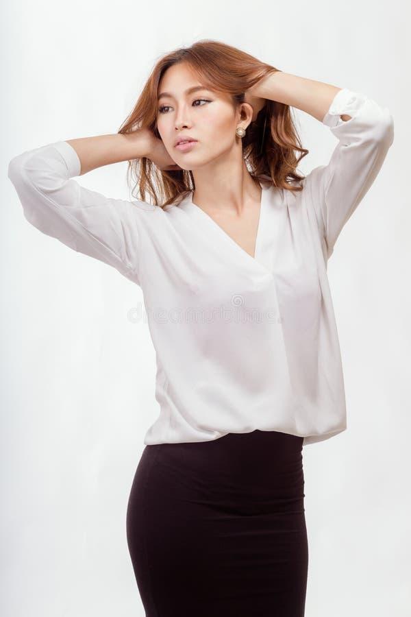 Donna di affari americana asiatica con le mani in capelli fotografie stock