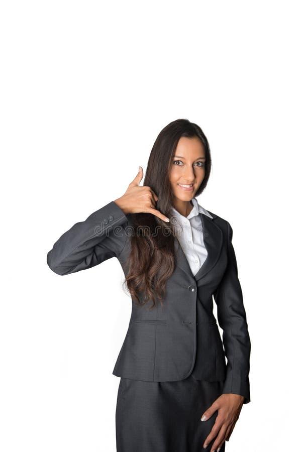 Donna di affari amichevole che mi rende ad una chiamata gesto fotografia stock libera da diritti