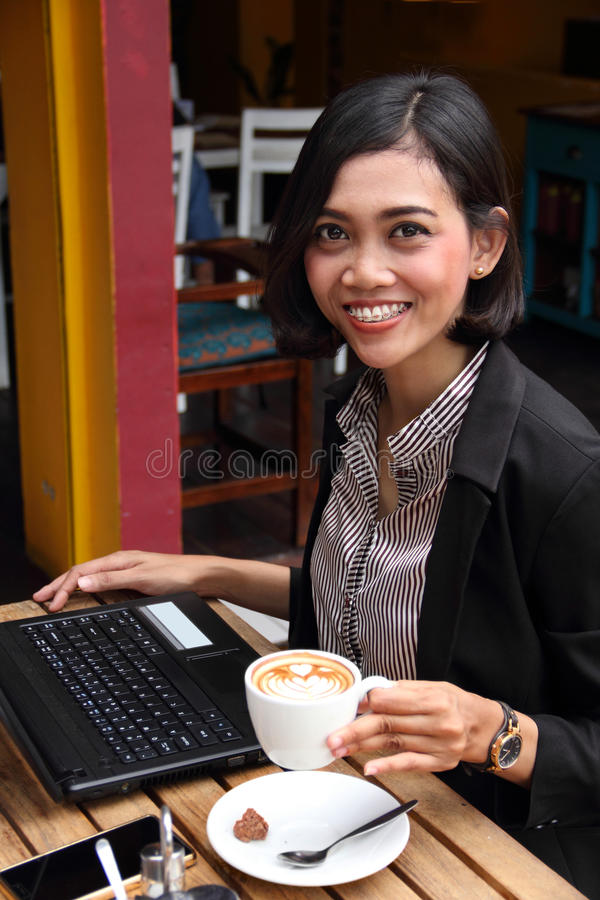Donna di affari amichevole in un caffè immagine stock libera da diritti