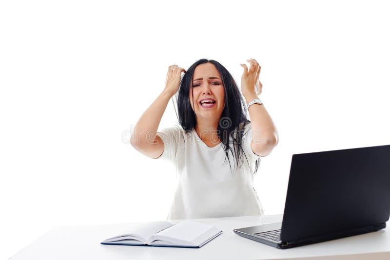 Donna di affari arrabbiata allo scrittorio, isolato su fondo bianco fotografia stock libera da diritti
