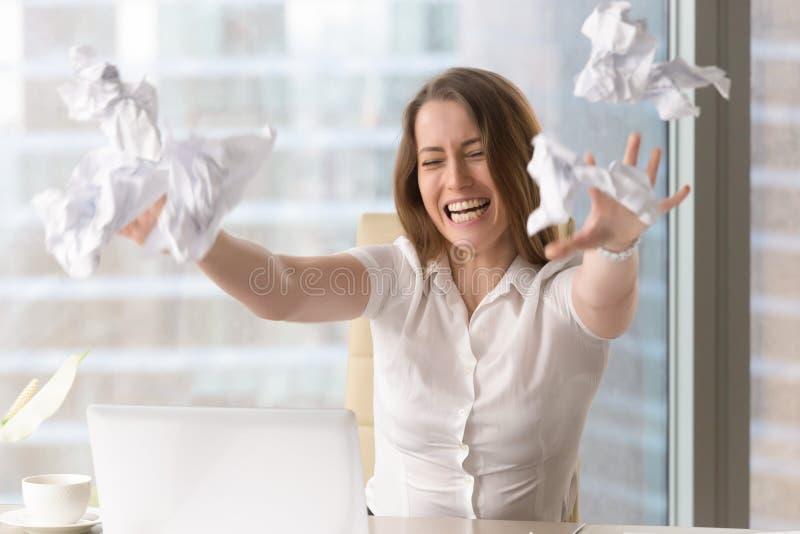 Donna di affari arrabbiata che getta le carte sbriciolate fotografia stock libera da diritti