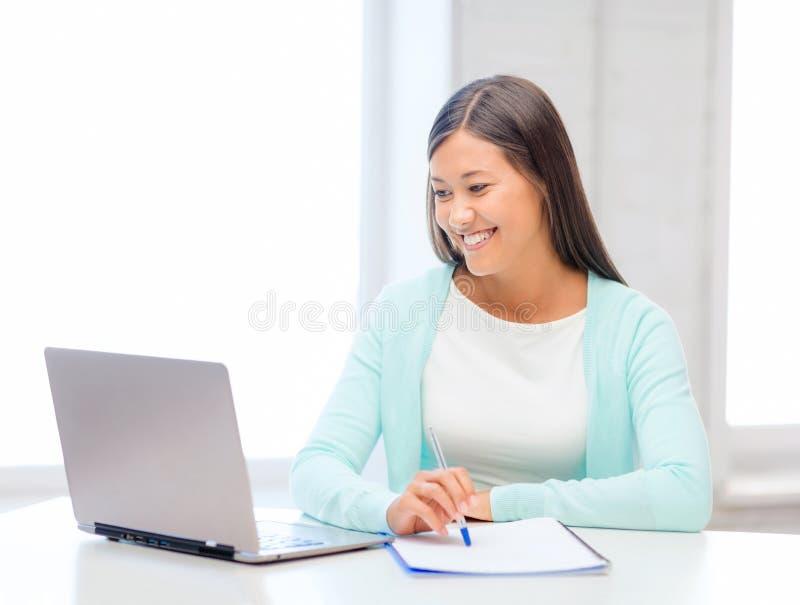 Donna di affari asiatica con il computer portatile ed i documenti fotografia stock libera da diritti