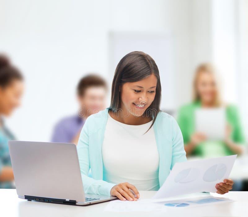 Donna di affari asiatica con il computer portatile ed i documenti fotografie stock libere da diritti
