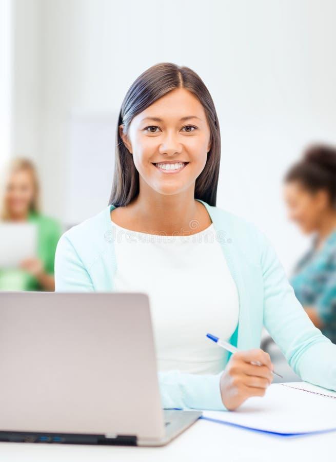 Donna di affari asiatica con il computer portatile ed i documenti immagini stock