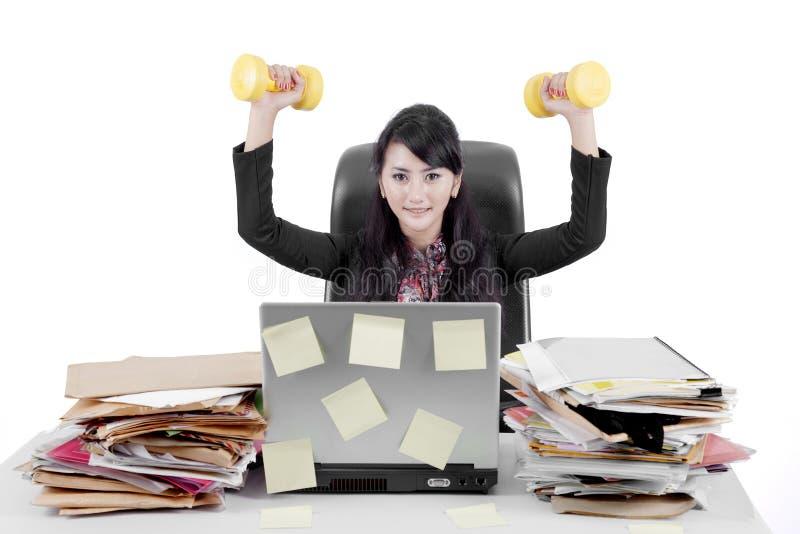 Donna di affari asiatica con le teste di legno sullo studio immagini stock libere da diritti