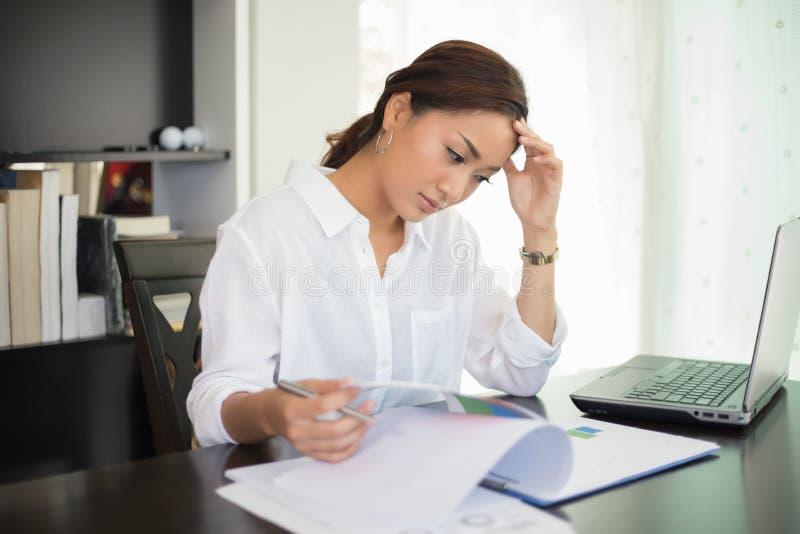 Donna di affari asiatica e studentessa seria circa la lettura fotografie stock