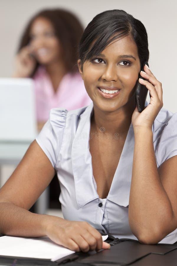 Donna di affari asiatica indiana in ufficio sul telefono delle cellule fotografia stock