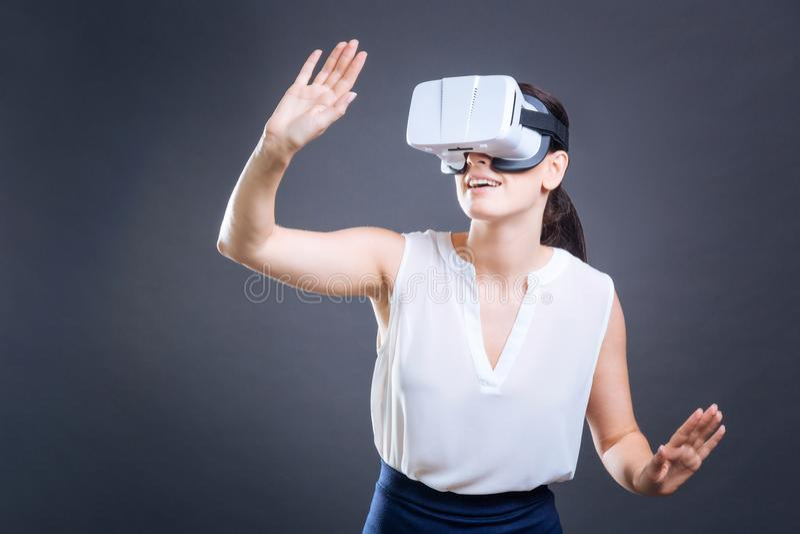 Donna di affari astuta attraente che è nella realtà 3d immagine stock libera da diritti