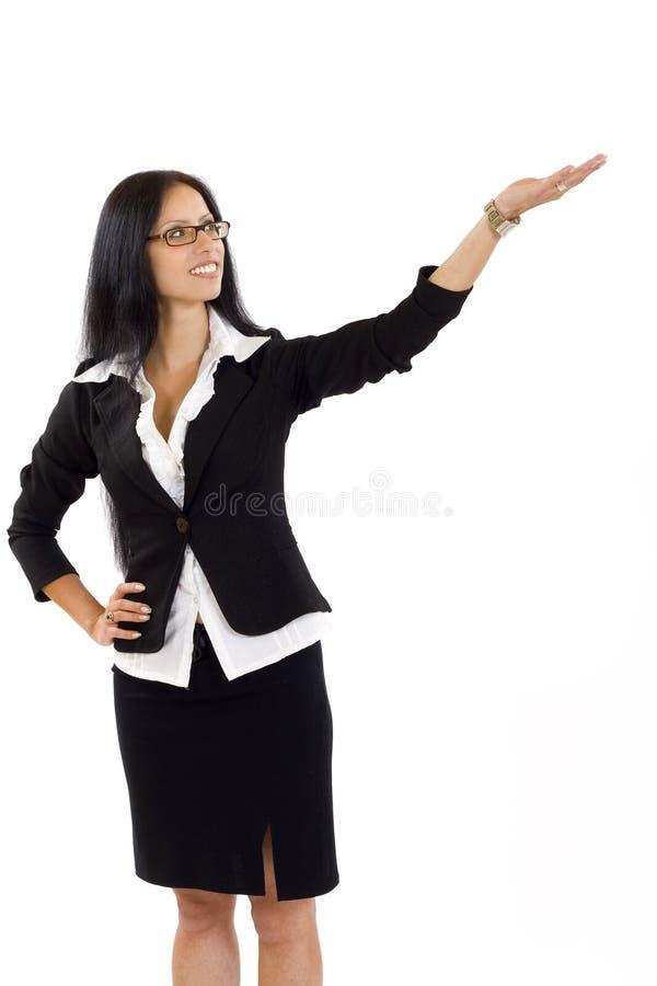 Donna di affari attraente che presenta qualcosa