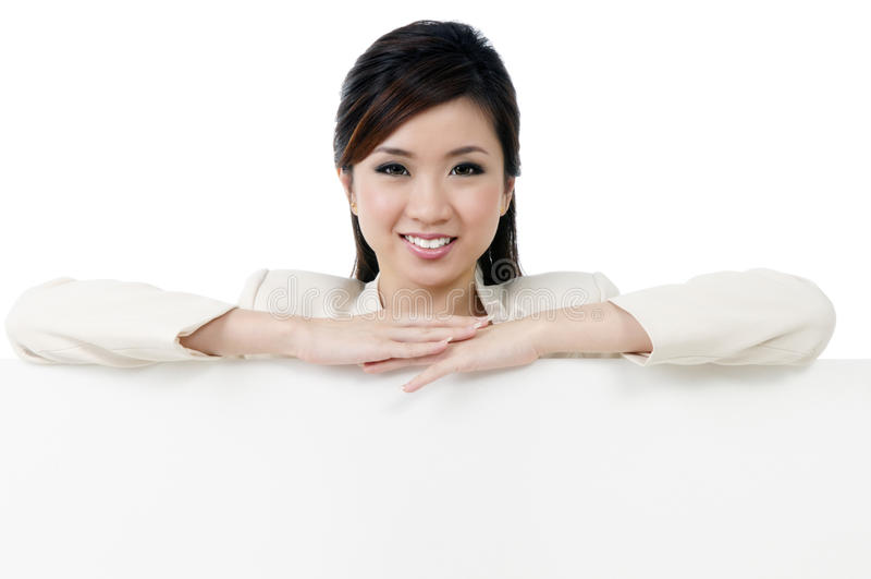 Donna di affari attraente che si appoggia sul tabellone per le affissioni fotografie stock libere da diritti
