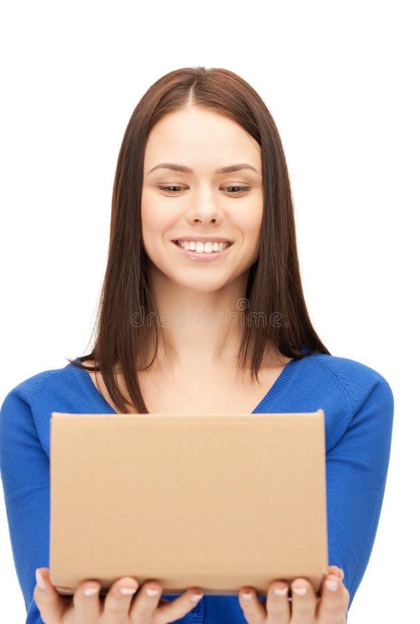 Donna di affari attraente con la scatola di cartone immagine stock
