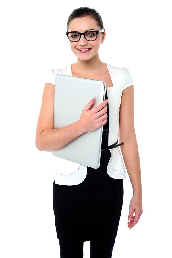 Donna di affari attraente con una cartella immagini stock libere da diritti