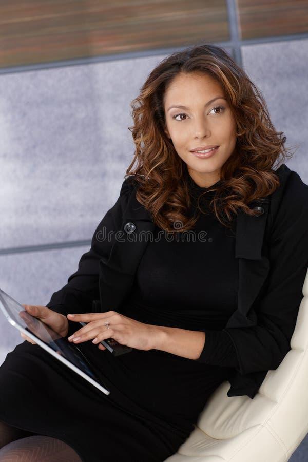 Donna di affari attraente di afro con la compressa fotografia stock libera da diritti