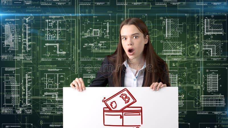 Donna di affari di Bauty che sta nel vestito con il logo di Bitcoin per illustrare l'uso di bitcoin per il commercio o il trasfer fotografia stock