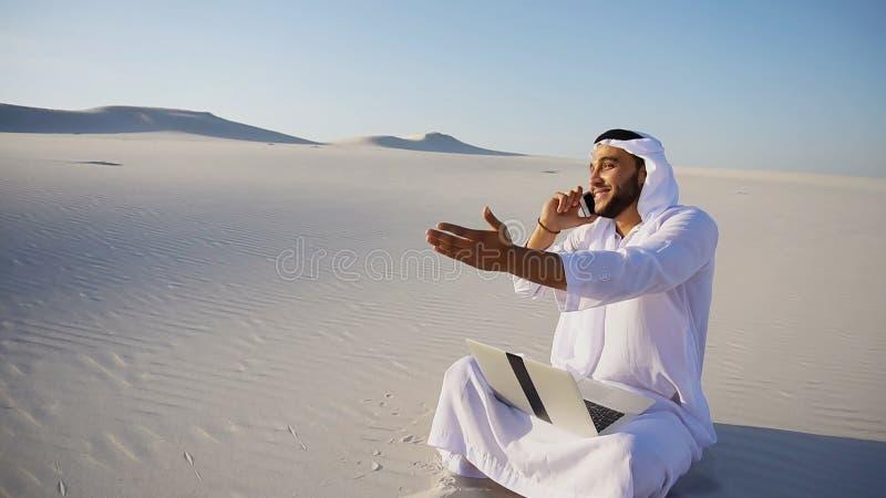 Donna di affari bella del tipo di sceicco dei UAE dell'Arabo che chiama affare p fotografia stock