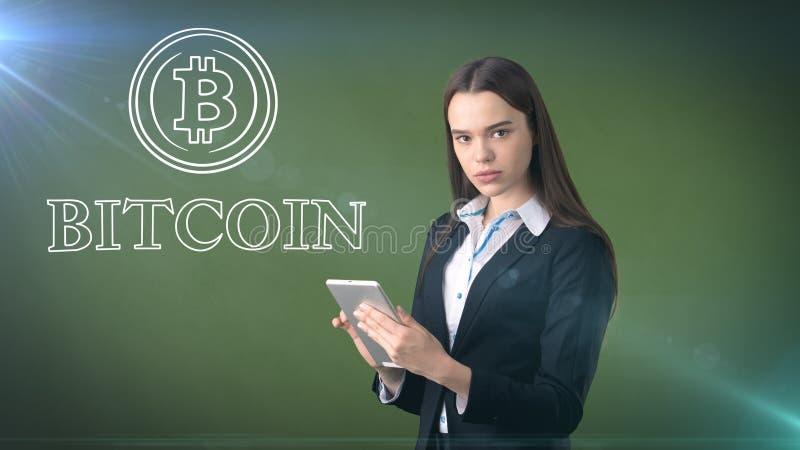 Donna di affari di bellezza che sta logo vicino del btc Riuscito investimento di Bitcoin Concetto del criptocurrency virtuale fotografia stock