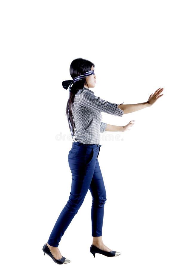 Donna di affari bendata gli occhi con un legame sullo studio fotografia stock