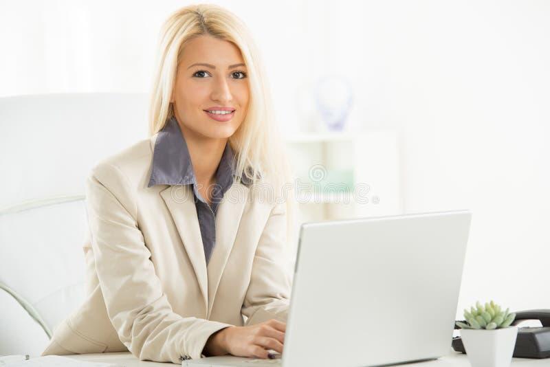 Donna di affari bionda At Workplace immagine stock libera da diritti