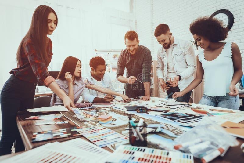 Donna di affari 'brainstorming' cooperazione tabella fotografie stock libere da diritti