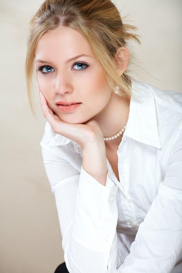 Donna di affari in camicia bianca fotografia stock