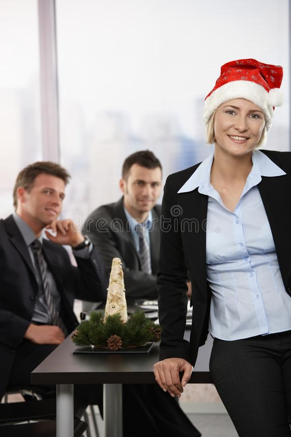 Donna di affari in cappello del Babbo Natale fotografie stock