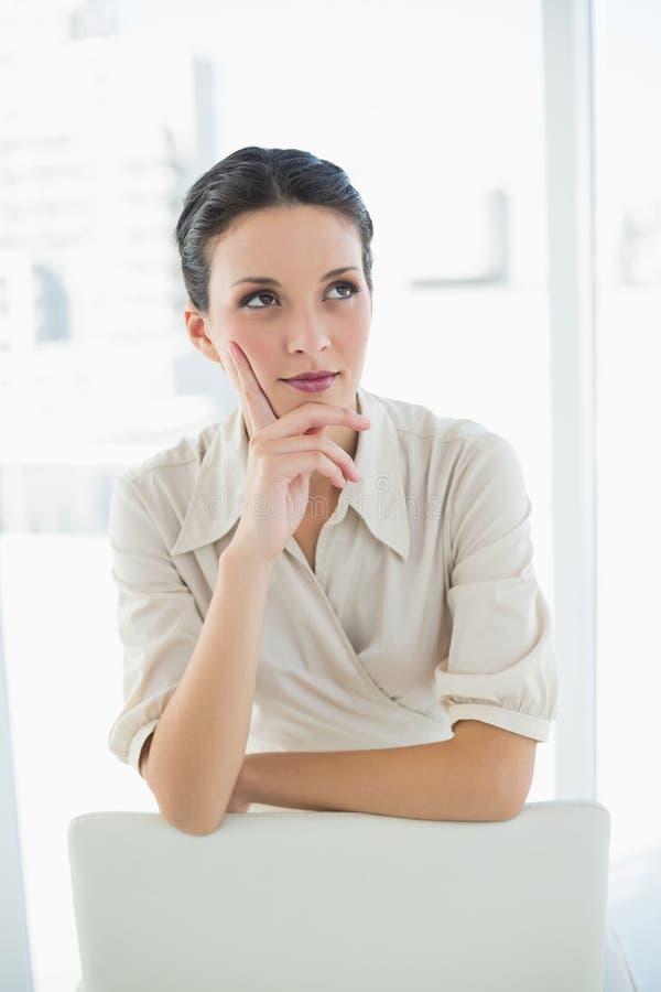 Donna di affari castana alla moda premurosa che posa distogliere lo sguardo fotografie stock