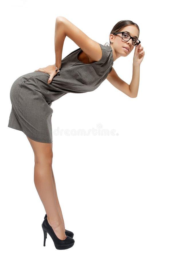 Donna di affari castana sexy nel piegamento di vetro fotografia stock
