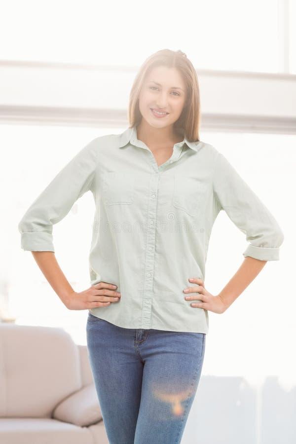 Donna di affari casuale sorridente con le mani sulle anche immagini stock libere da diritti