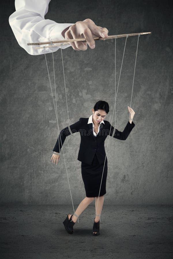Donna di affari che appende sulla corda fotografia stock libera da diritti