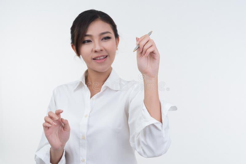Donna di affari che attinge lavagna su fondo bianco fotografia stock