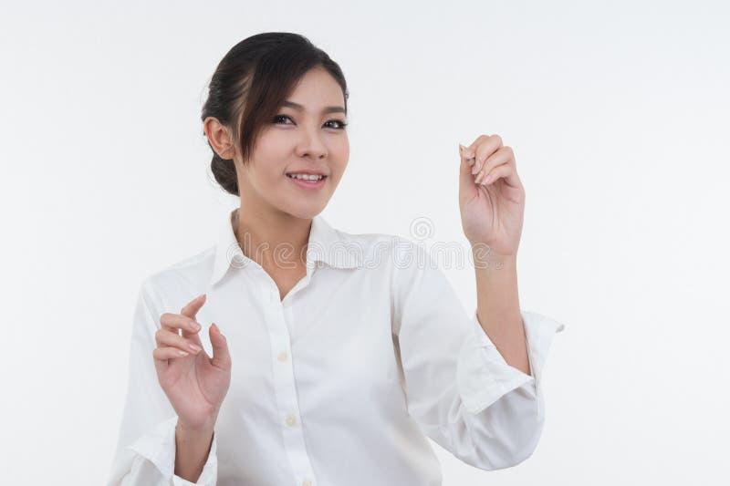 Donna di affari che attinge lavagna su fondo bianco fotografia stock libera da diritti