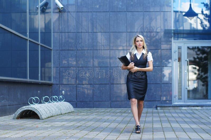 Donna di affari che cammina nella via fotografia stock libera da diritti