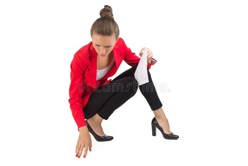 Donna di affari che cerca qualcosa sul pavimento fotografia stock libera da diritti
