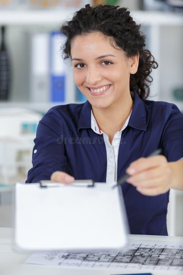 Donna di affari che chiede la firma fotografie stock