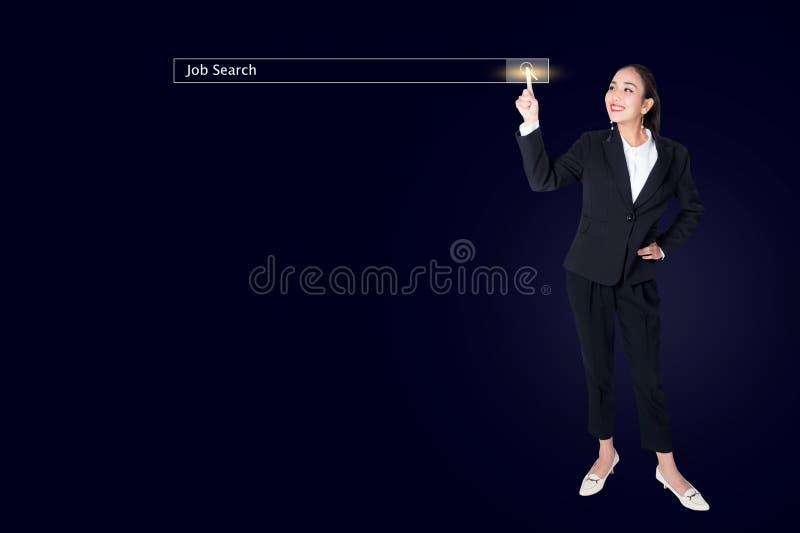 donna di affari che clicca la pagina di ricerca di Internet sul touch screen del computer fotografie stock