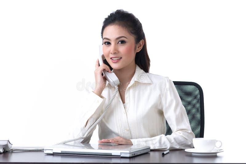 Donna di affari che comunica sul telefono fotografia stock