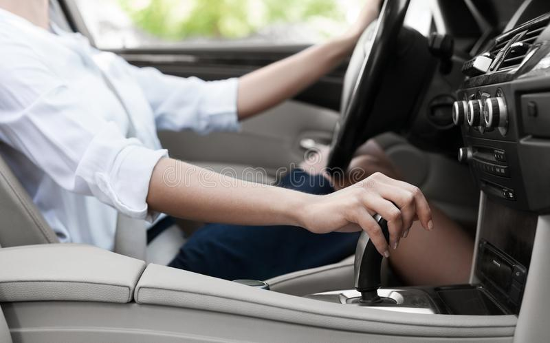 Donna di affari che conduce automobile e che sposta trasmissione automatica immagini stock libere da diritti