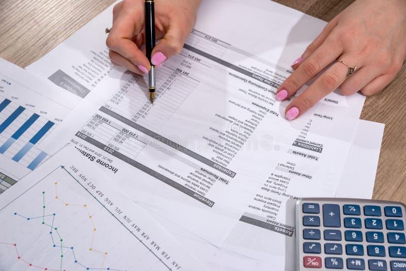 Donna di affari che conta sul bilancio domestico annuale del calcolatore fotografie stock libere da diritti