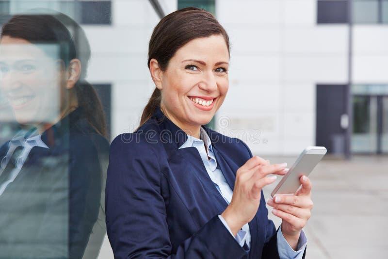 Donna di affari che controlla sociale immagini stock