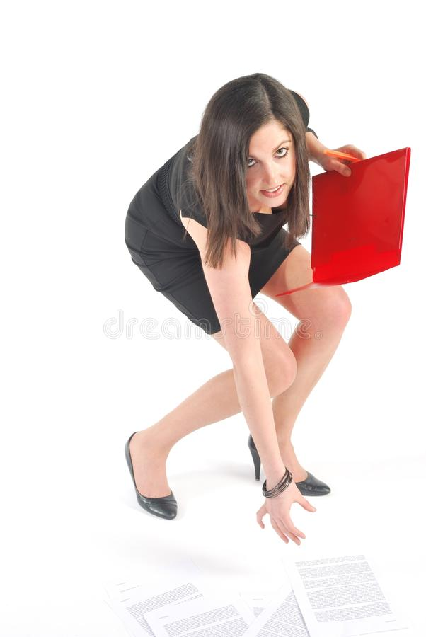 Donna di affari che curva con il dispositivo di piegatura rosso fotografia stock