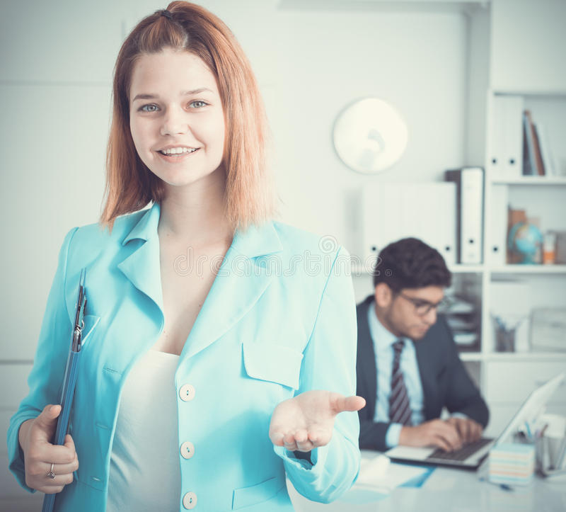 Donna di affari che dà il benvenuto all'ufficio fotografie stock