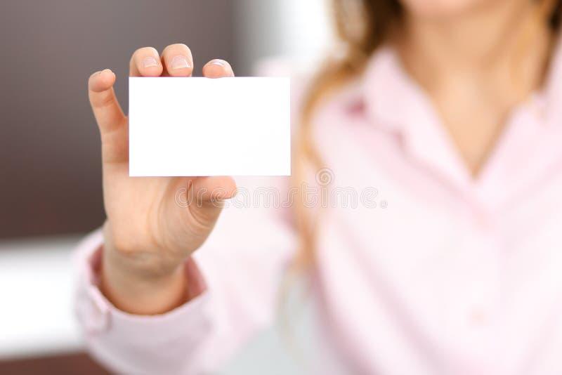 Donna di affari che dà la carta di visita immagini stock