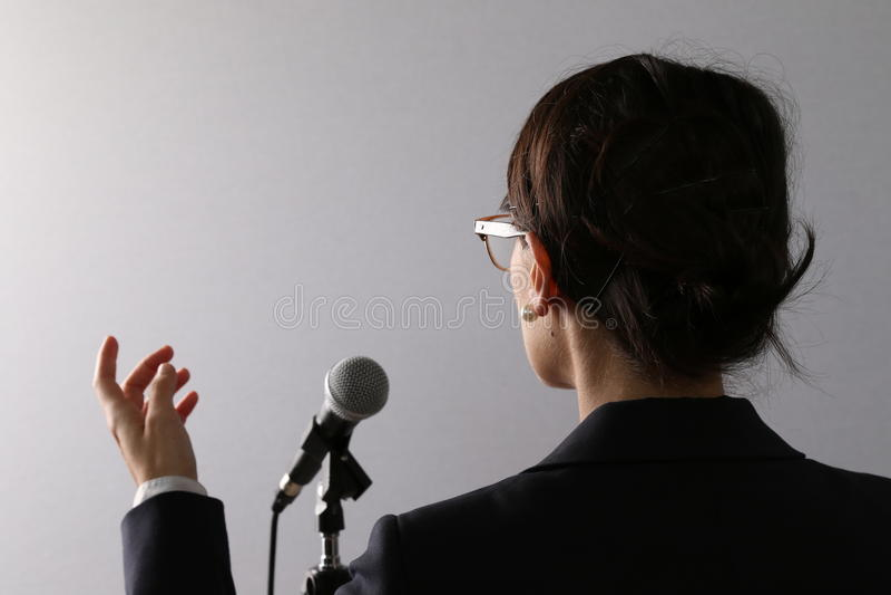 Donna di affari che dà una presentazione o un discorso fotografie stock