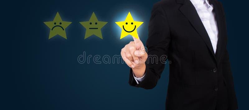 Donna di affari che dà valutazione con l'icona felice, satisfacti del cliente fotografie stock