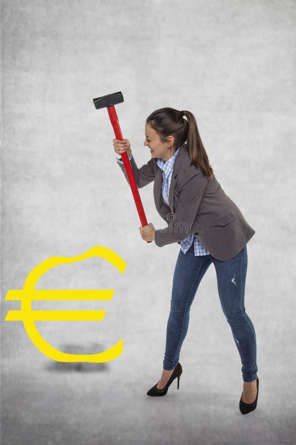 Donna di affari che distrugge l'euro simbolo immagini stock libere da diritti