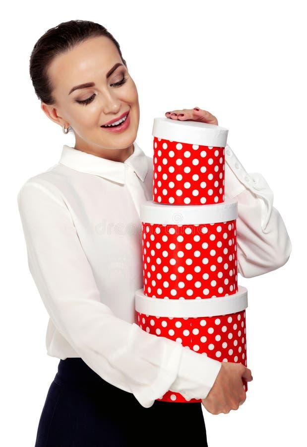 Donna di affari che esamina il contenitore di regalo fotografia stock