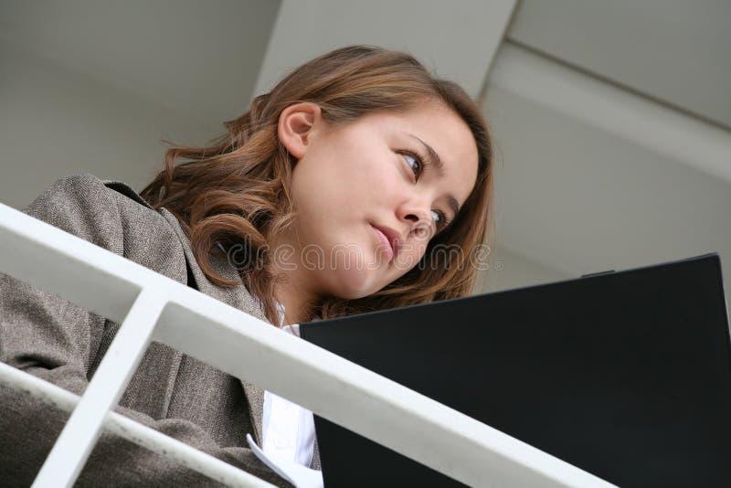 Donna di affari che esamina le note immagine stock libera da diritti