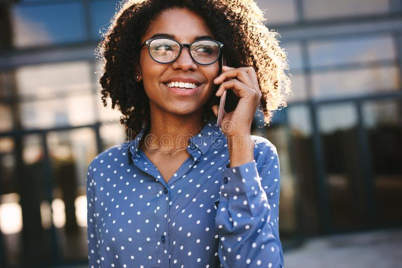 Donna di affari che fa una telefonata fuori fotografia stock libera da diritti