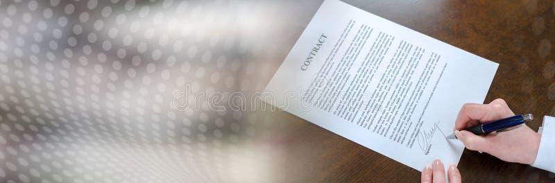 Donna di affari che firma un contratto (testo di lorem ipsum); insegna panoramica immagine stock