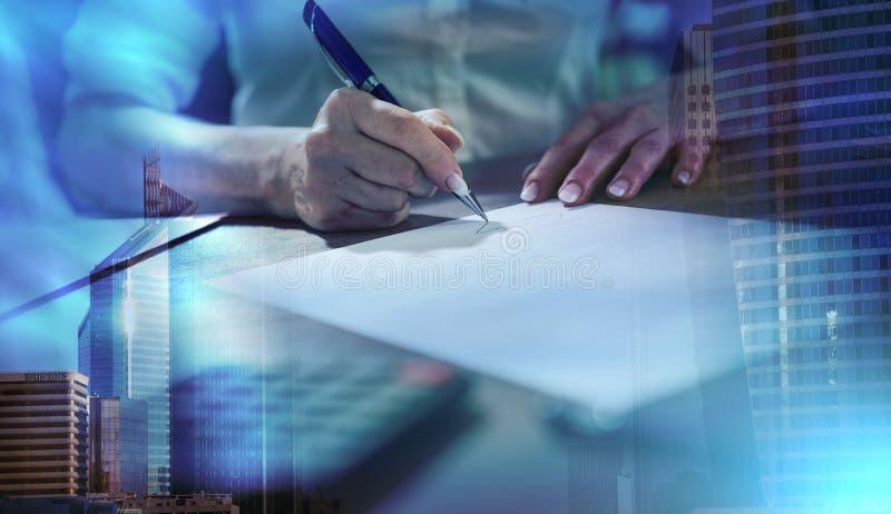Donna di affari che firma un documento; esposizione multipla fotografie stock libere da diritti